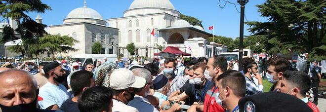 Santa Sofia-moschea, alla preghiera islamica c'è il tutto esaurito: chiese ortodosse in lutto nel mondo
