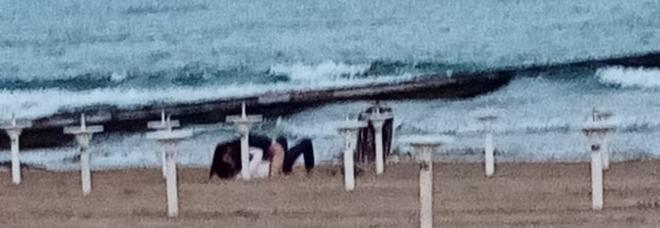 Sesso sfrenato in spiaggia: scatta l'applauso dei passanti FOTO
