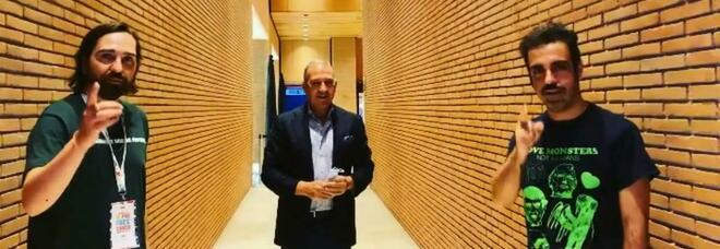 Il duo Colapesce Dimartino con il direttore sanitario dell'istituto Spallanzani, Francesco Vaia