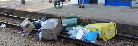 I rifiuti non raccolti buttati sui binari: Circum bloccata dal blitz a Pianura