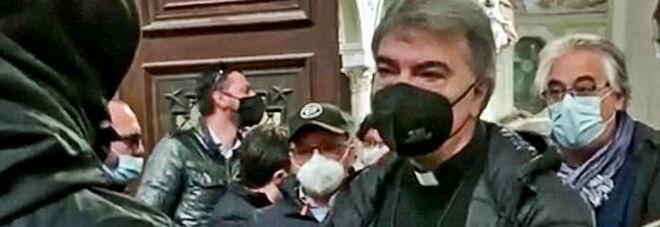 Napoli, i disoccupati entrano nel Duomo incontro con l'arcivescovo Battaglia