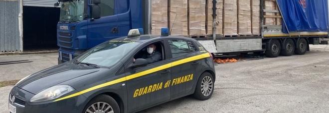 Contrabbando di sigarette, intercettato Tir dalla Grecia carico di tabacchi: sette arresti
