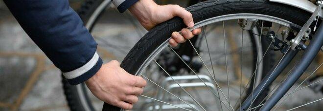 Napoli, ruba una bici elettrica ma s'imbatte nella polizia: arrestato