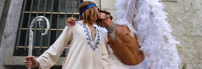 Napoli, all'asta le ali dell'angelo del Gesù gay: «Beneficenza per le vittime dei preti pedofili»