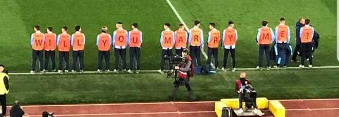 ​Proposta di matrimonio all'Olimpico durante Lazio-Inter: Will you marry me?