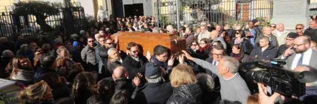 Napoli, lacrime ai funerali del commerciante morto per infarto. E il figlio della vittima incontra figlio colpevole