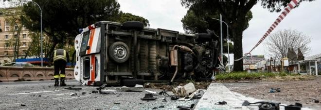Roma, incidente auto-ambulanza sulla Colombo: il mezzo di soccorso si ribalta, trasportava bimbo in ospedale per una terapia. Feriti in 4