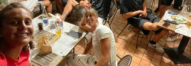Federica Pellegrini a Napoli, foto ricordo e pizza in comitiva
