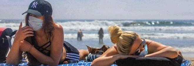 Vaccino anche in spiaggia con il camper dell'Asl Na2