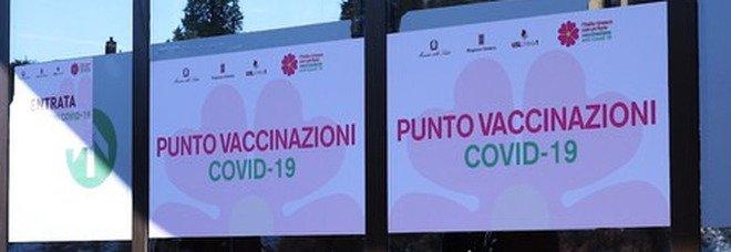 Brescia, due bottiglie incendiarie contro il centro vaccinale: bruciata una delle tensostrutture