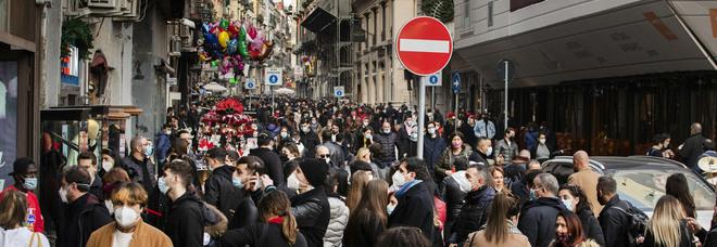 Campania zona arancione, maxi assembramenti ai baretti: l'ultimo brindisi prima del lockdown