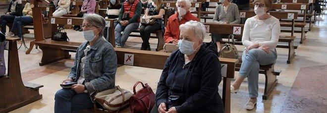 Vanno in chiesa per la messa pochi giorni dopo la riapertura: 40 nuovi contagiati, 6 ricoverati in ospedale
