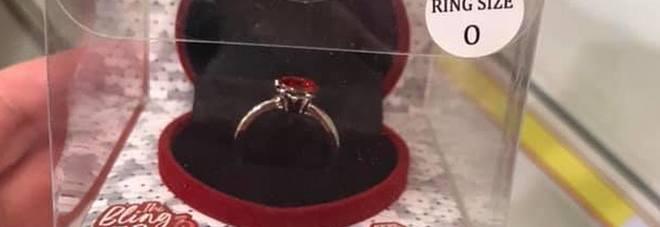 Finti anelli di fidanzamento per San Valentino: «Se lei dice di sì, va a scegliersi un anello vero»