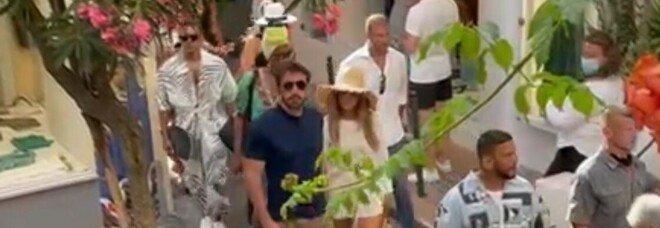 Jennifer Lopez e Ben Affleck a Capri: passeggiata in via Le Botteghe tra selfie e applausi