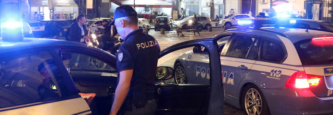 Agguato nei vicoli di Napoli: due uomini feriti a colpi di pistola