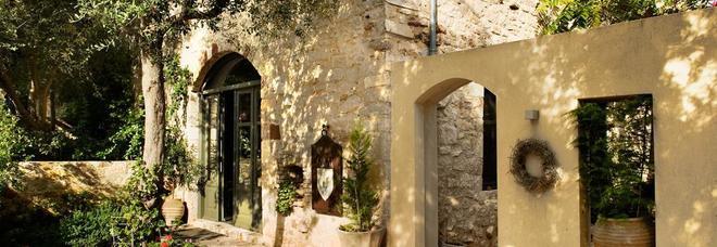 Turista ha una relazione con una donna sposata su un'isola greca: ucciso dal marito in hotel