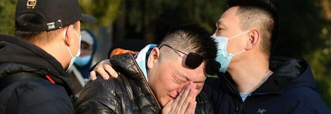 Foto: Un fan di Maradona gli rende omaggio davanti all'ambasciata argentina a Pechino, AFP
