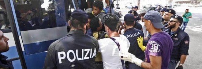Due poliziotti aggrediti a calci e pugni da 50 migranti a Foggia