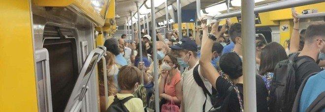 Covid a Napoli, ressa e nessun controllo: il rischio viaggia in Metro