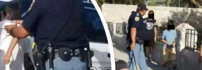 Il poliziotto minaccia e aggredisce un gruppo di bambini: le immagini choc
