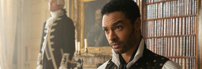 Bridgerton, il sexy Duca di Hastings lascia la serie: non ci sarà nella seconda stagione