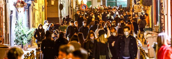 Lockdown a Napoli, è caos movida: ai baretti folla di ragazzi e poche mascherine