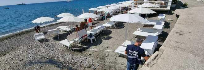Ischia, pontile e stabilimento balneare abusivi sulla spiaggia dei Maronti: scatta il sequestro