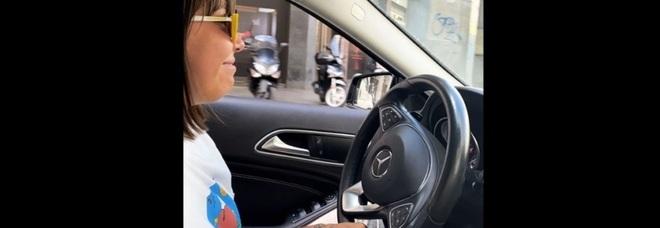 Malika Chalny a bordo della sua Mercedes