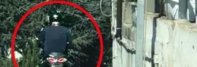 Napoli, copre la targa per beffare la telecamera: i vigili lo seguono, scatta la supermulta