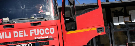 Appiccano fuoco a portone scuola:  sorpresi 4 minorenni, due denunciati