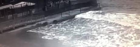 Canoista lascia bidone rifiuti a mare: «È un nome della Napoli bene»