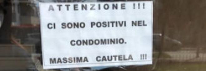 Milano, cartello sul portone del condominio: «Attenzione, qui abitano positivi», è bufera: «Come ai tempi della peste»