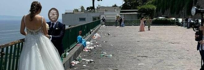 Posillipo come una discarica, le foto degli sposi tra i rifiuti abbandonati sul belvedere