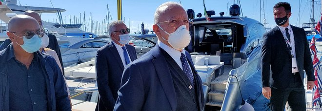 Covid in Campania, scuole chiuse fino al 30 ottobre: vietate le feste, stop al cibo d'asporto dopo le 21. «Tra prof e studenti 541 contagi»