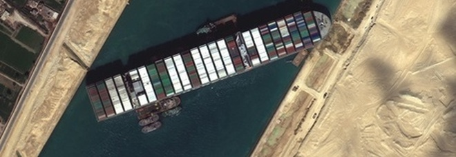 Suez, nave blocca il canale per la seconda volta: si arena un portacontainer