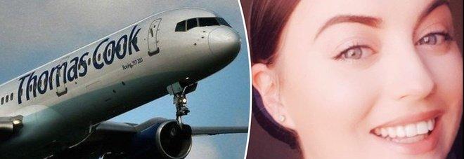 Violenta turbolenza in aereo, l'hostess riporta fratture multiple alle gambe