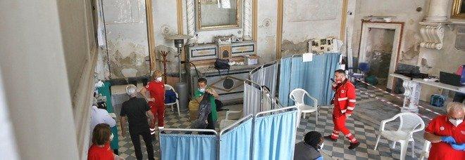 Vaccini a Napoli, l'esempio di Scampia: «Dosi porta a porta per sconfiggere il virus»