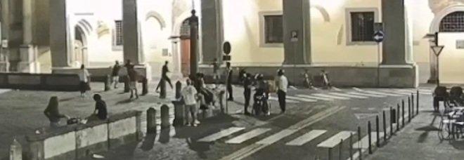 Il pestaggio e la rapina, poi la fuga: un frame del video