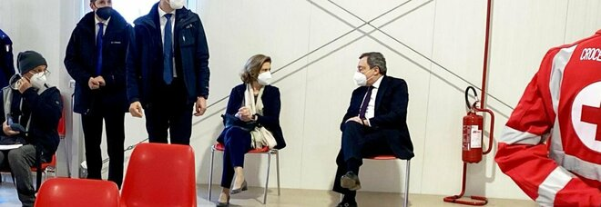 Draghi si è vaccinato con AstraZeneca: all'hub di Roma Termini con la moglie