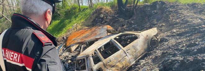 Auto rubate, demolite e bruciate: arrestati due rom nel campo profughi di Giugliano