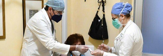 Prenotazioni vaccino, quando tocca a 40enni, 50enni e 60enni? Ecco il piano, tempi più stretti (grazie anche a J&J)