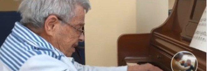 Anziana donna di 92 anni con Alzheimer suona al pianoforte una famosa sonata di Beethoven per la figlia - VIDEO