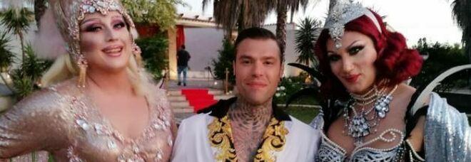 """Fedez, Drag Queen denuncia il trattamento ricevuto nel video clip di """"Mille"""": «Trans messe in ombra. Giorni da incubo»"""