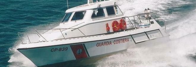 Barca affonda nel porto di Baia, salvati da un gommone dell'Ente Parco