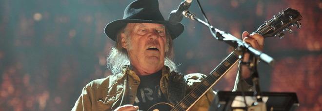 Neil Young, cittadinanza americana in stand-by perché fuma marijuana: «Dovrò fare un test»