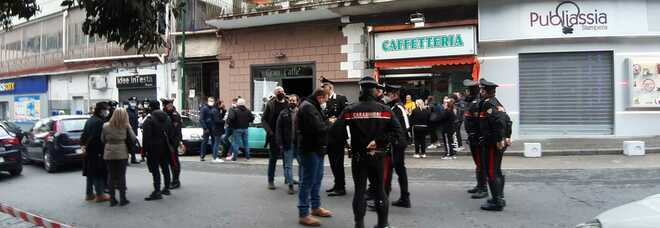 Omicidio a Napoli, boss ucciso a colpi di pistola in un bar: era già scampato a un agguato pochi mesi fa