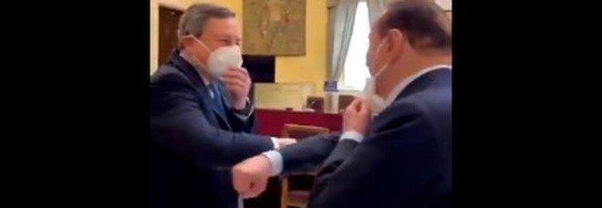 Draghi e Berlusconi, saluto con il gomito al momento dell'incontro. «Grazie per essere venuto»