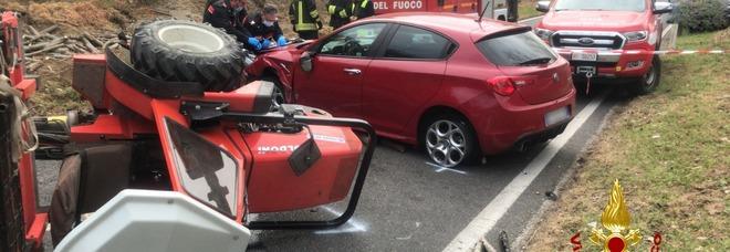 Schiacciato dal trattore dopo l'impatto contro un'auto: muore a 69 anni