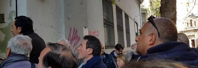Caos e tensione all'esterno della sede dell'Agenzia delle Entrate