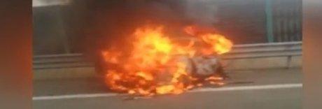 L'auto prende fuoco, padre e figlia muoiono sotto gli occhi della madre